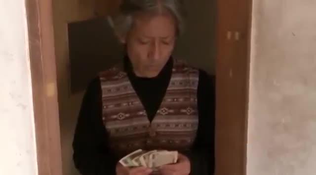 自宅にて、三十路の熟女の目隠し無料おばさん動画。自宅に突如侵入してきた男に目隠し&拘束されレイプで犯される三十路熟女!